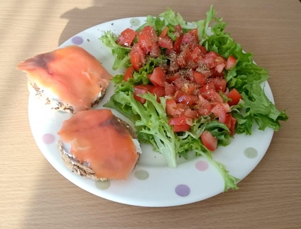 salatka i losos wedzony